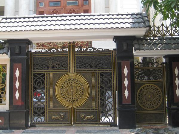Cổng nhôm đúc trong kiến trúc biệt thự