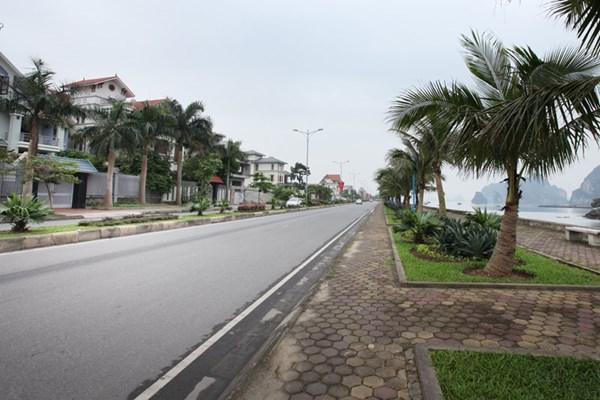 Chạy dọc bờ Vịnh Hạ Long, khu biệt thự trải dài mấy cây số bên đường Trần Quốc Nghiễn